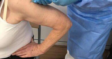 Megnyílt Nyárádszeredában a koronavírus elleni oltásközpont, az első igénylők már meg is kapták a vakcínát